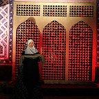 تصویری از عطیه غبیشاوی، بازیگر و مهمان سینما و تلویزیون در حال بازیگری سر صحنه یکی از آثارش