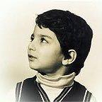 تصویری از امید آهنگر، بازیگر سینما و تلویزیون در حال بازیگری سر صحنه یکی از آثارش