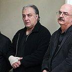 تصویری از ایرج طهماسب، بازیگر و نویسنده سینما و تلویزیون در حال بازیگری سر صحنه یکی از آثارش به همراه حمید جبلی و ایرج نوذری