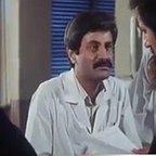 تصویری از فرشید هاشمیان، بازیگر سینما و تلویزیون در حال بازیگری سر صحنه یکی از آثارش