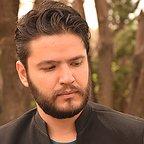 تصویری از محمد عنبری، مدیر فیلم برداری و بازیگر سینما و تلویزیون در حال بازیگری سر صحنه یکی از آثارش