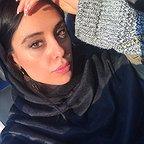 تصویری از مرجان علیزاده، بازیگر و دستیار تدوین سینما و تلویزیون در حال بازیگری سر صحنه یکی از آثارش