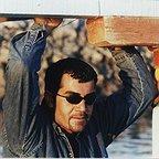 تصویری از بابک نوری، بازیگر و مجری سینما و تلویزیون در حال بازیگری سر صحنه یکی از آثارش