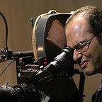 تصویری از افشین صادقی، کارگردان و تهیه کننده سینما و تلویزیون در حال بازیگری سر صحنه یکی از آثارش