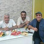 تصویری از فرشید رئوفی، بازیگر و مدیر تولید سینما و تلویزیون در حال بازیگری سر صحنه یکی از آثارش به همراه میرطاهر مظلومی