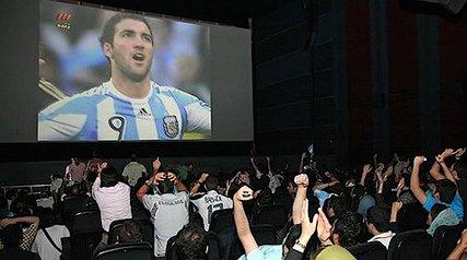 سرنوشت نمایش مسابقات فوتبال در سینماها/ بلیت های 20 هزارتومانی سینماها برای تماشای فوتبال