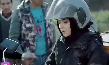 آذر - آخه مگه زن پشت موتور میشینه؟!!