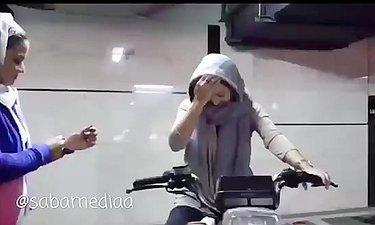 پشت صحنه موتورسواری نیکی کریمی در فیلم سینمایی «آذر»